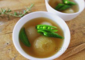 小さな新玉ねぎとスナップえんどうのスープ